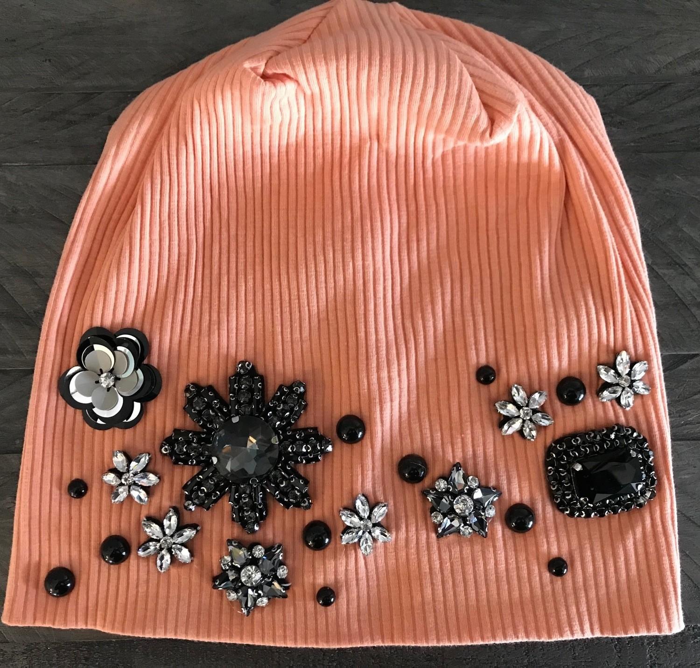 Peach color ribbed beanie w/fancy design