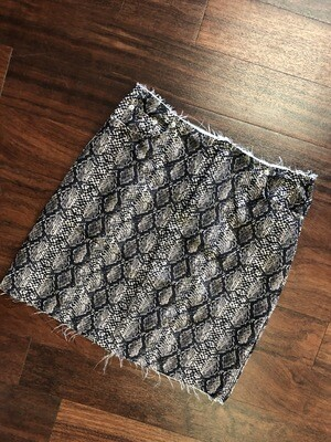 Snake Pattern Frayed Hem Mini Skirt