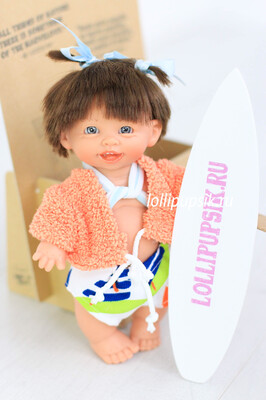 Пупсик Gestitos Surfero (девочка-серфер, оранжевая кофта) 18 см с ароматом карамели, Lamagik S.L. (Magic Baby)
