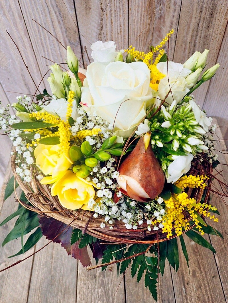 Frühlingsstrauss mit Zwiebeln weiss & gelb