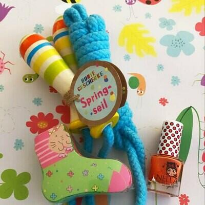 Buntes Geschenkpaket mit Springseil, Nagellack und Zaubersocken