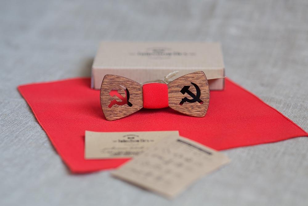 Красный галстук с серпом и молотом