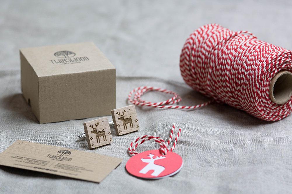 Новогодние запонки из дерева с изображением оленя. Подарок на рождество. Массив бука с гравировкой