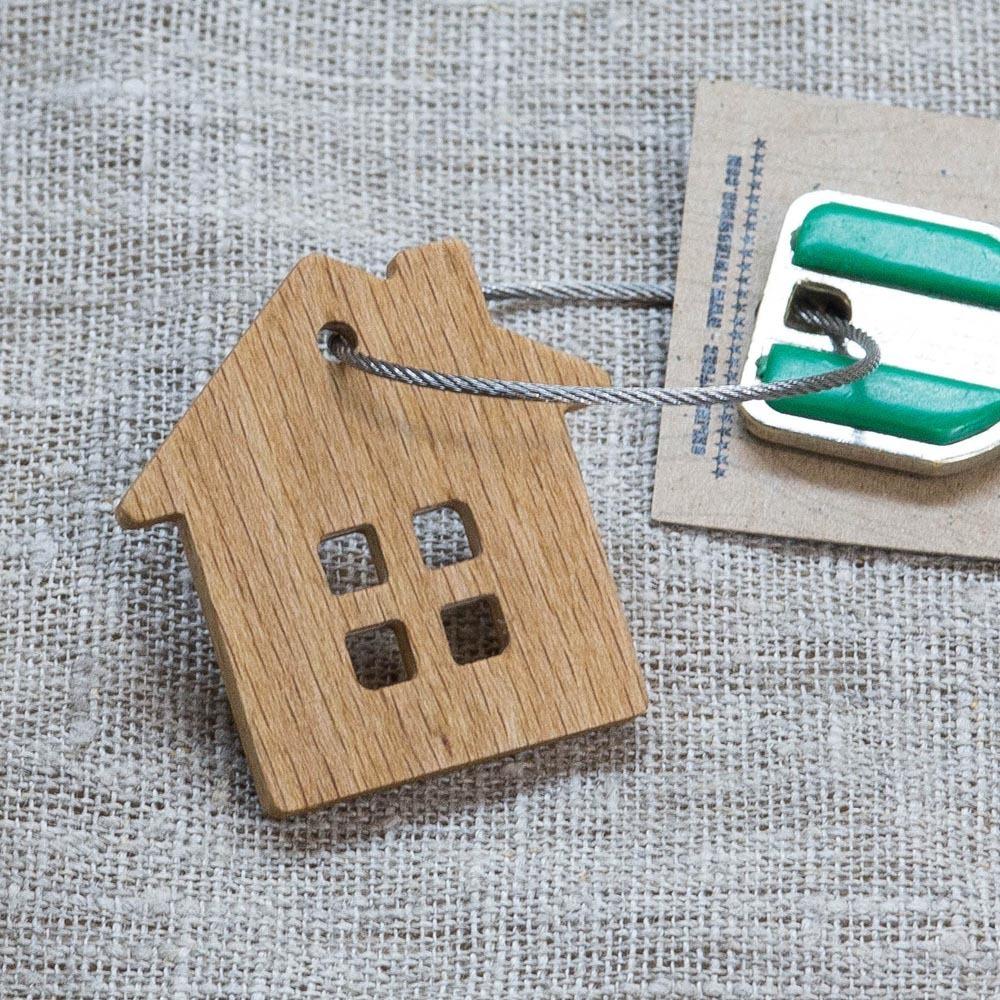 Брелок «Дом» из настоящей древесины. Массив бука. Стальной тросик. Гравировка инициалов или имени. TW-HomeBeech
