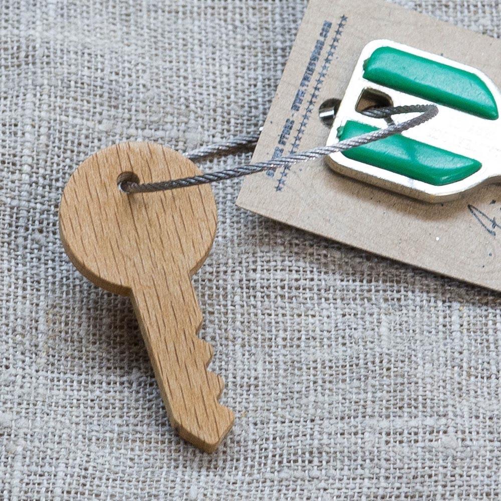 Брелок «Ключ» из настоящей древесины. Массив бука. Стальной тросик. Гравировка инициалов или имени. TW-KeyBeech
