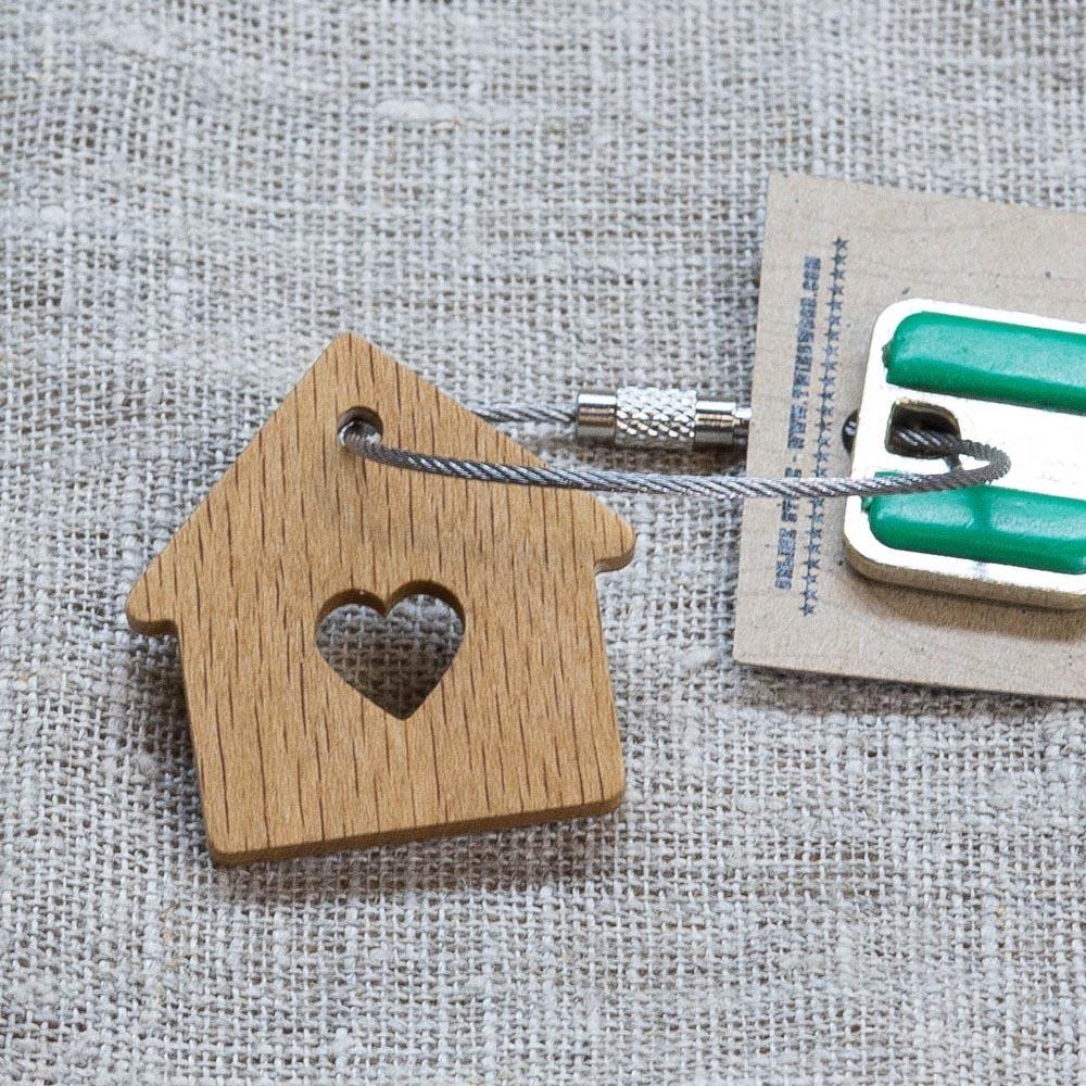 Брелок «Милый дом» из настоящей древесины. Массив бука. Стальной тросик. Гравировка инициалов или имени. TW-SweetHomeBeech