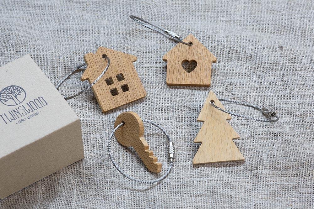 Брелок «Милый дом» из настоящей древесины. Массив бука. Стальной тросик. Гравировка инициалов или имени.