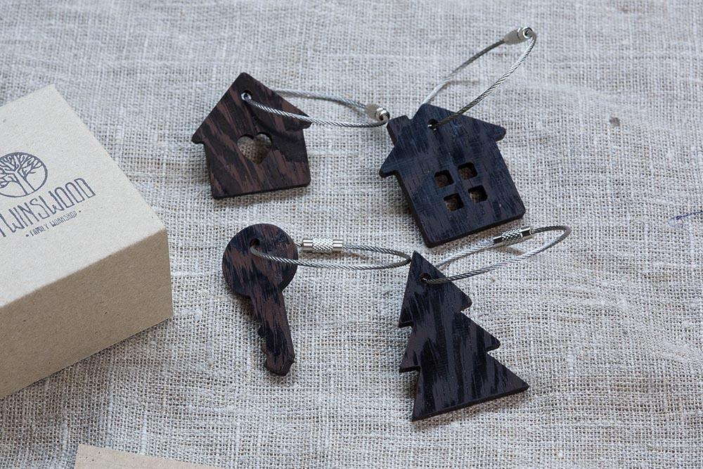 Брелок «Милый дом» из настоящей древесины. Массив венге. Стальной тросик. Гравировка инициалов или имени.