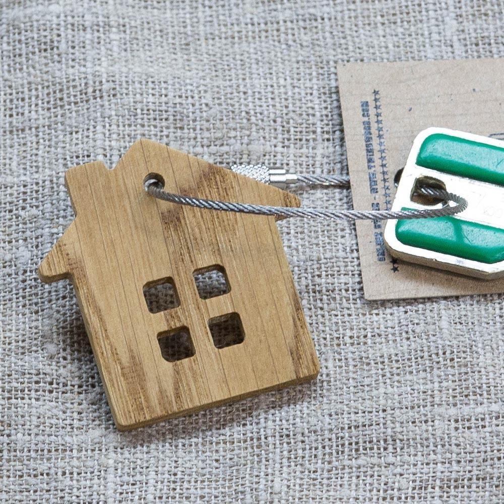 Брелок «Дом» из настоящей древесины. Массив дуба. Стальной тросик. Гравировка инициалов или имени. TW-HomeOak
