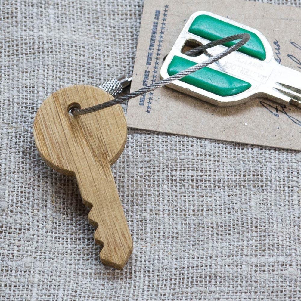 Брелок «Ключ» из настоящей древесины. Массив дуба. Стальной тросик. Гравировка инициалов или имени. TW-KeyOak