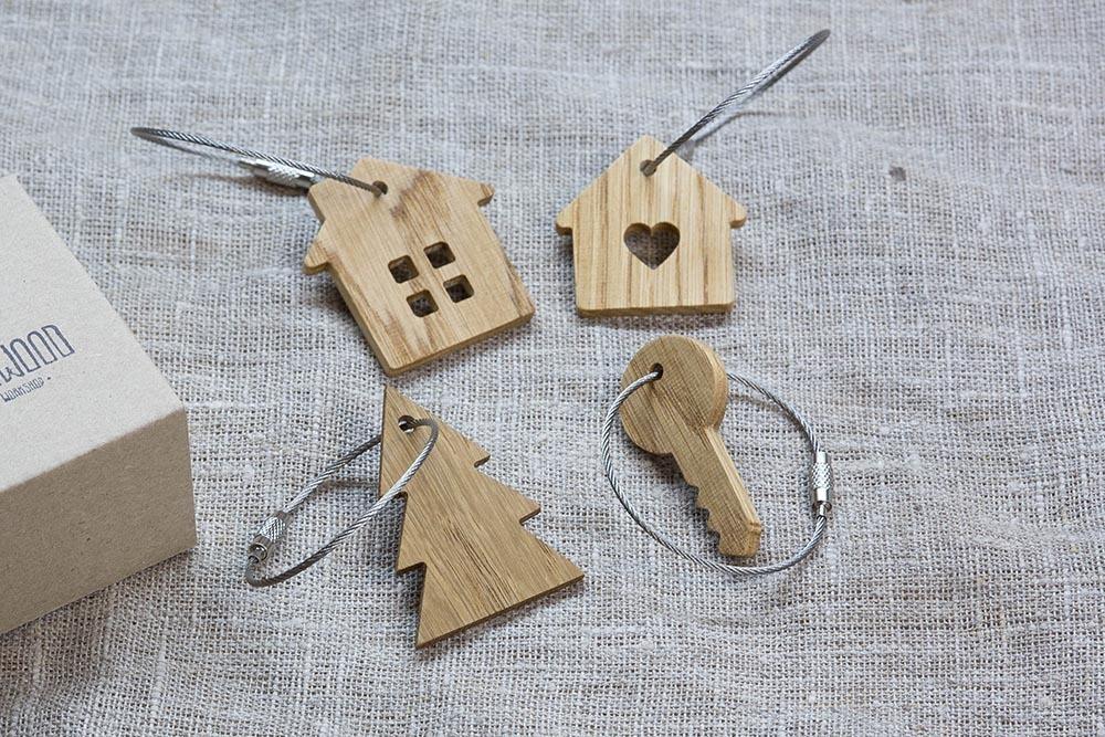 Брелок «Ключ» из настоящей древесины. Массив дуба. Стальной тросик. Гравировка инициалов или имени.