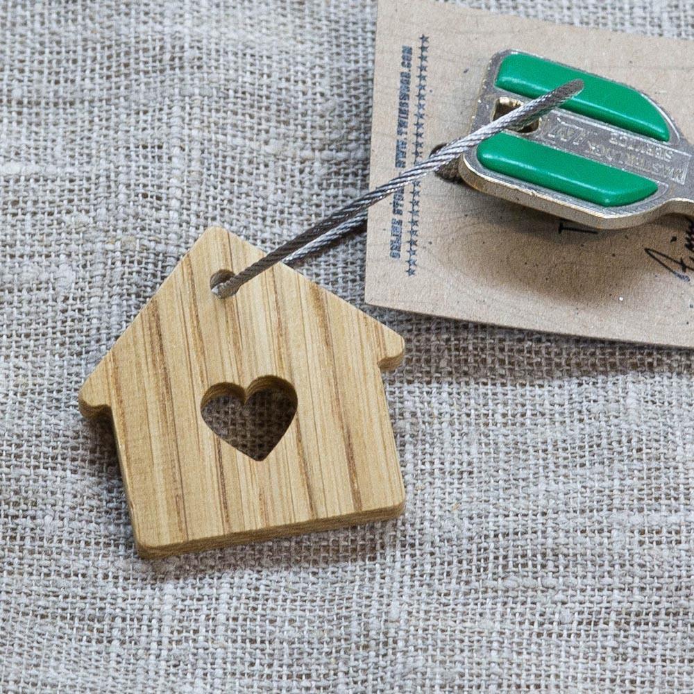 Брелок «Милый дом» из настоящей древесины. Массив дуба. Стальной тросик. Гравировка инициалов или имени. TW-SweetHomeOak
