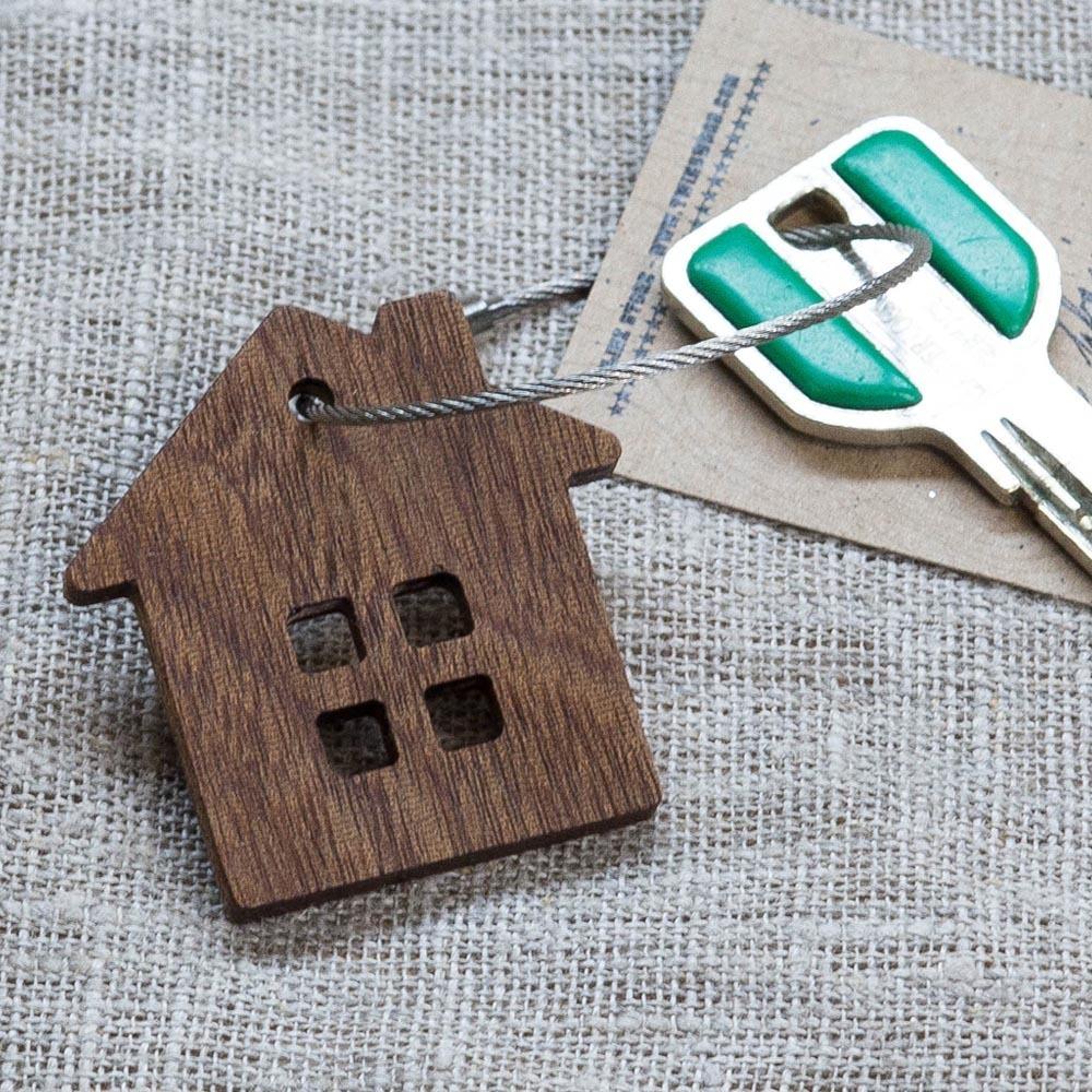 Брелок «Дом» из настоящей древесины. Массив сапеле. Стальной тросик. Гравировка инициалов или имени. TW-HomeSapele
