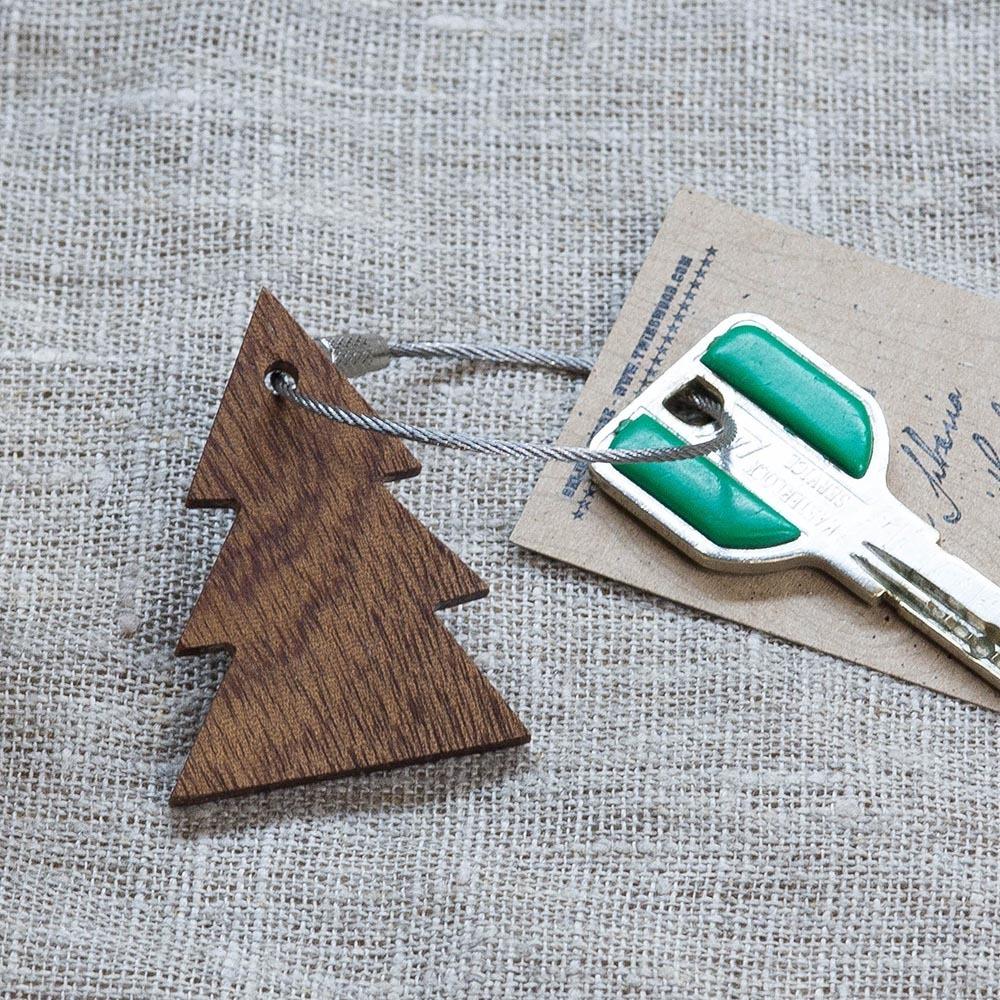 Брелок «Елка» из настоящей древесины. Массив сапеле. Стальной тросик. Гравировка инициалов или имени. TW-TreeSapele