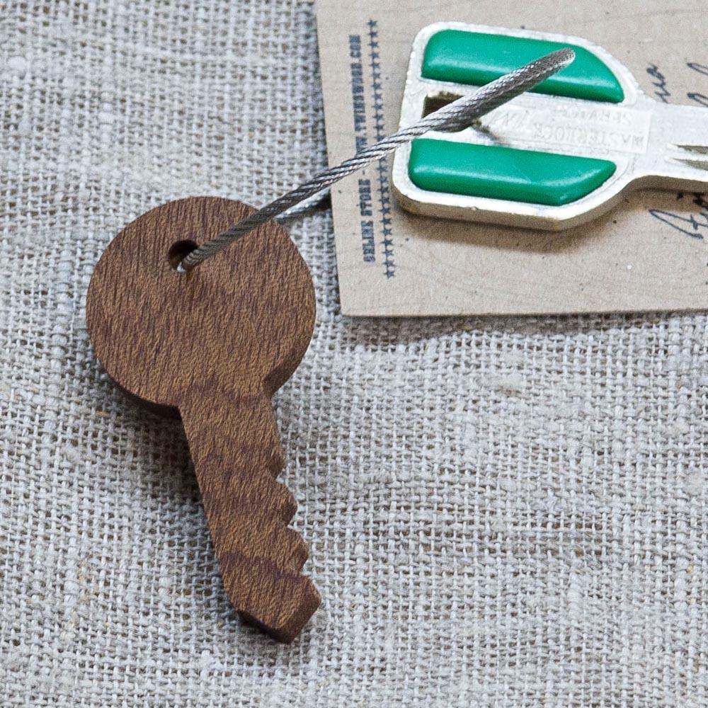 Брелок «Ключ» из настоящей древесины. Массив сапеле. Стальной тросик. Гравировка инициалов или имени. TW-KeySapele
