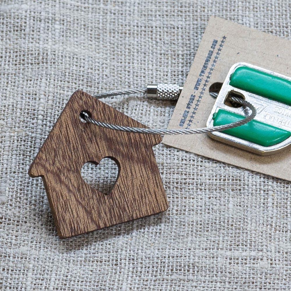 Брелок «Милый дом» из настоящей древесины. Массив сапеле. Стальной тросик. Гравировка инициалов или имени. TW-SweetHomeSapele