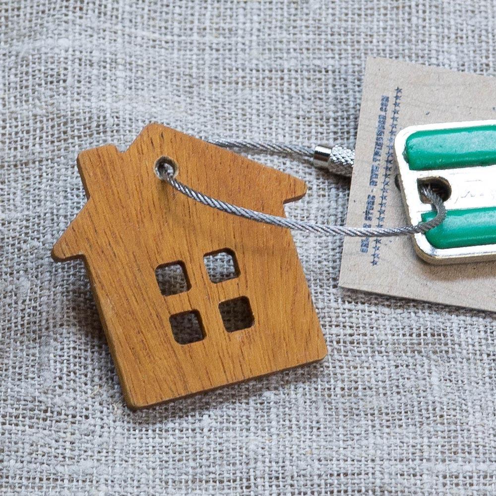 Брелок «Дом» из настоящей древесины. Массив кусии. Стальной тросик. Гравировка инициалов или имени. TW-HomeKusia
