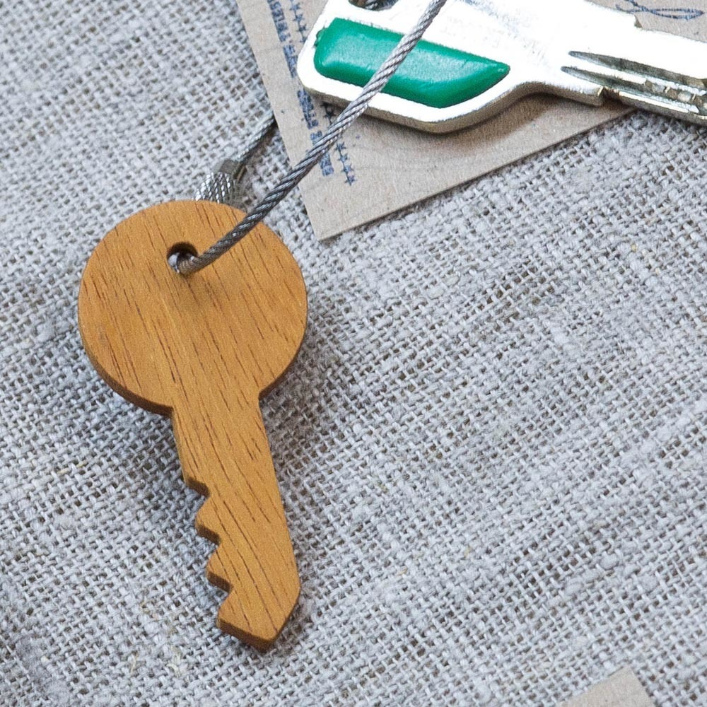 Брелок «Ключ» из настоящей древесины. Массив кусии. Стальной тросик. Гравировка инициалов или имени. TW-KeyKusia