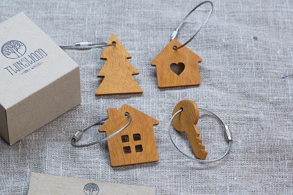 Брелок «Ключ» из настоящей древесины. Массив кусии. Стальной тросик. Гравировка инициалов или имени.