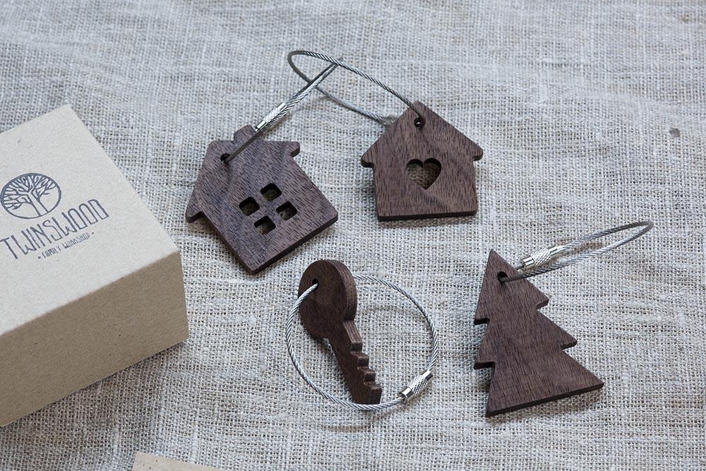 Брелок «Дом» из настоящей древесины. Массив ореха. Стальной тросик. Гравировка инициалов или имени.