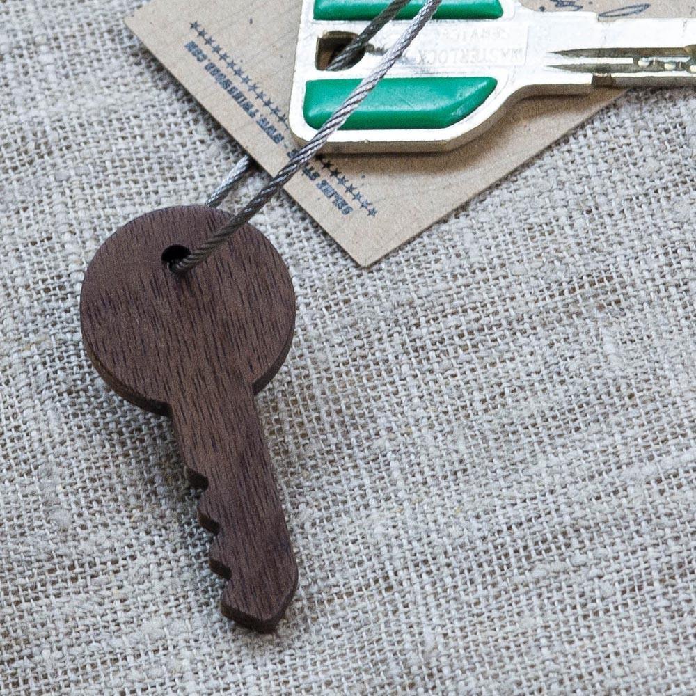 Брелок «Ключ» из настоящей древесины. Массив орех. Стальной тросик. Гравировка инициалов или имени. TW-KeyWalnut