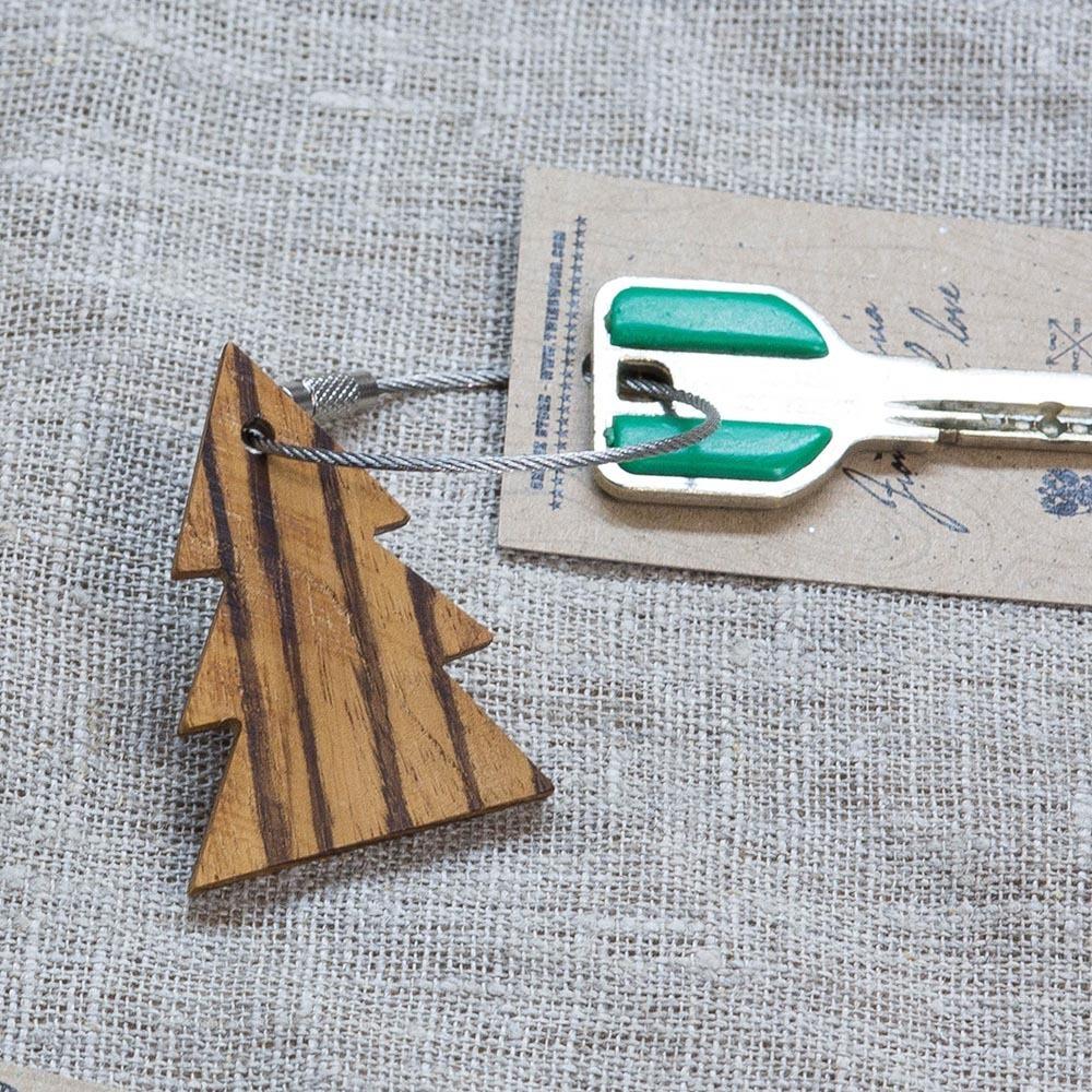 Брелок «Елка» из настоящей древесины. Массив зебрано. Стальной тросик. Гравировка инициалов или имени. TW-TreeZebrano