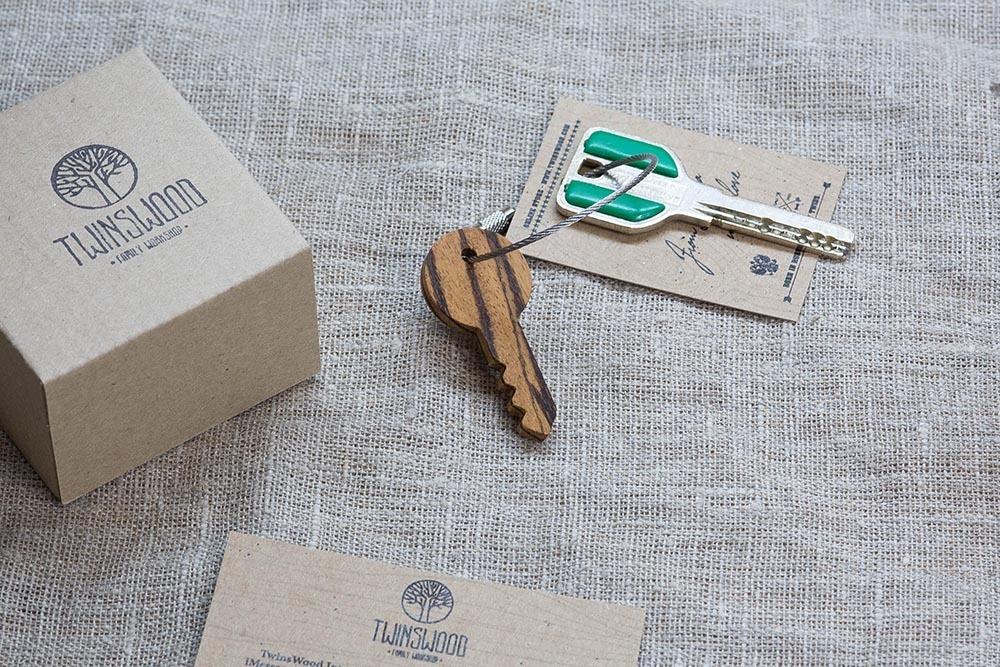 Брелок «Ключ» из настоящей древесины. Массив зебрано. Стальной тросик. Гравировка инициалов или имени.