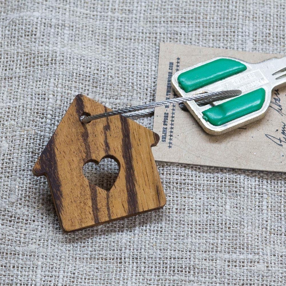 Брелок «Милый дом» из настоящей древесины. Массив зебрано. Стальной тросик. Гравировка инициалов или имени. TW-SweetHomeZebrano