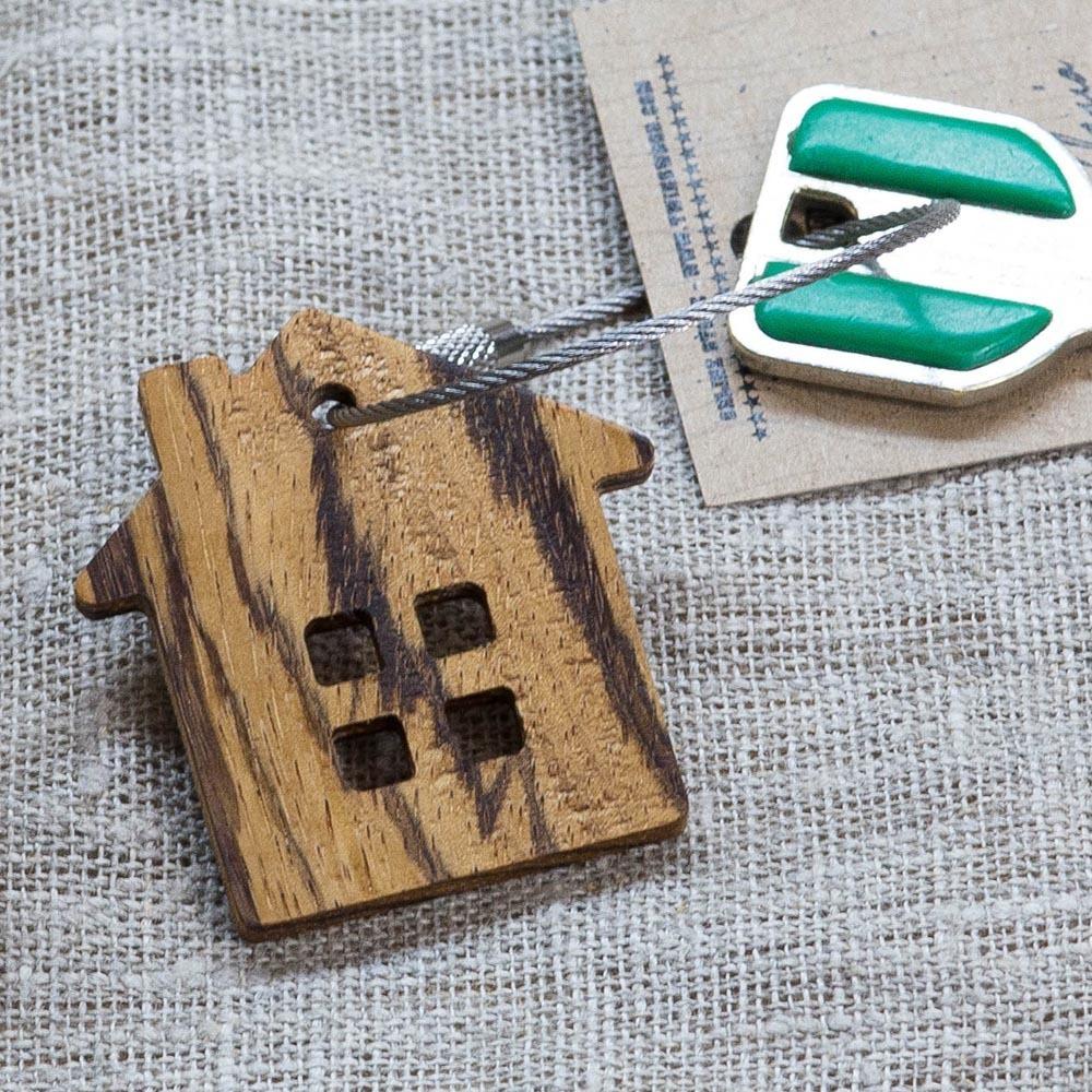 Брелок «Дом» из настоящей древесины. Массив зебрано. Стальной тросик. Гравировка инициалов или имени. TW-HomeZebrano