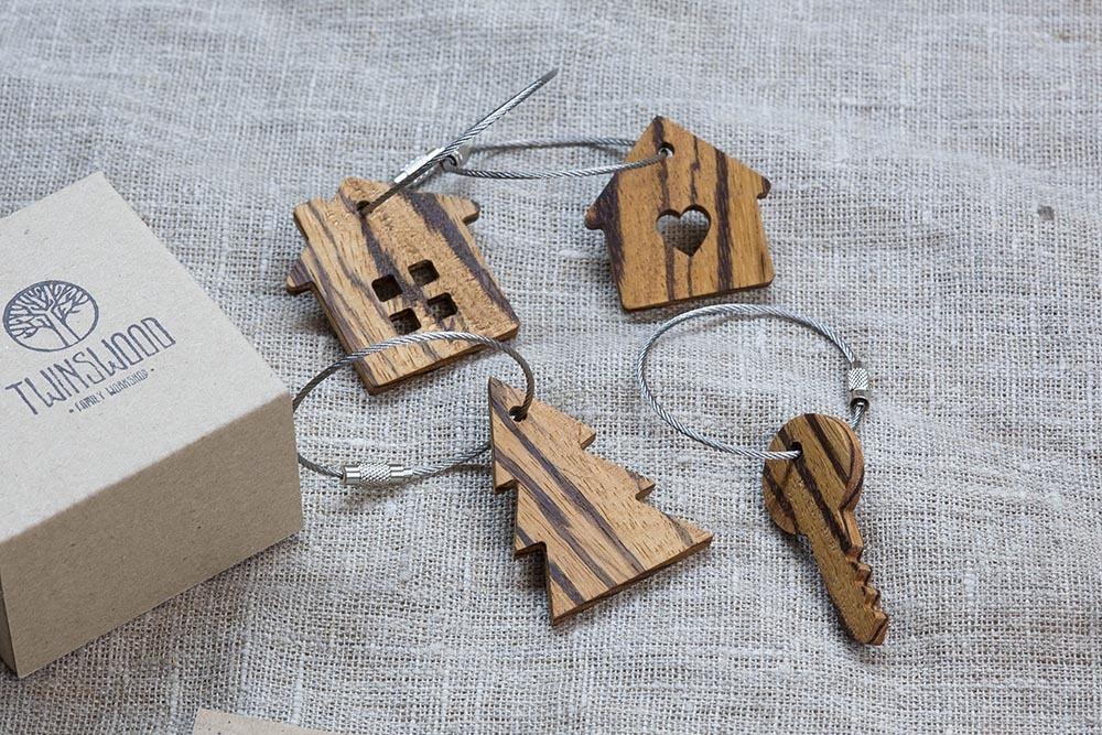 Брелок «Дом» из настоящей древесины. Массив зебрано. Стальной тросик. Гравировка инициалов или имени.