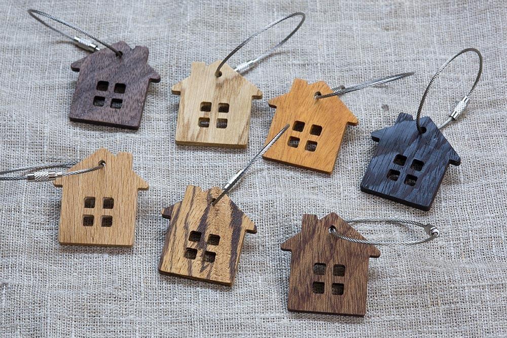 Брелок «Дом» из настоящей древесины. Массив кусии. Стальной тросик. Гравировка инициалов или имени.