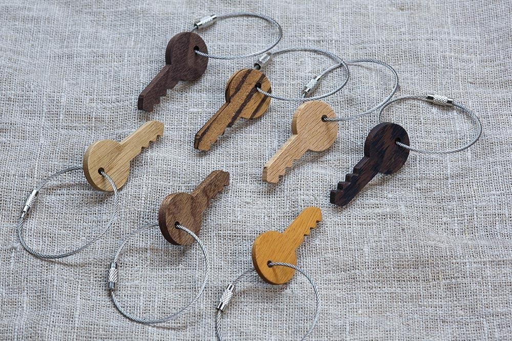Брелок «Ключ» из настоящей древесины. Массив сапеле. Стальной тросик. Гравировка инициалов или имени.