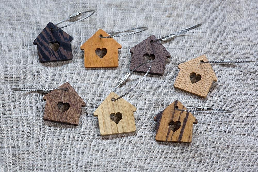 Брелок «Милый дом» из настоящей древесины. Массив зебрано. Стальной тросик. Гравировка инициалов или имени.