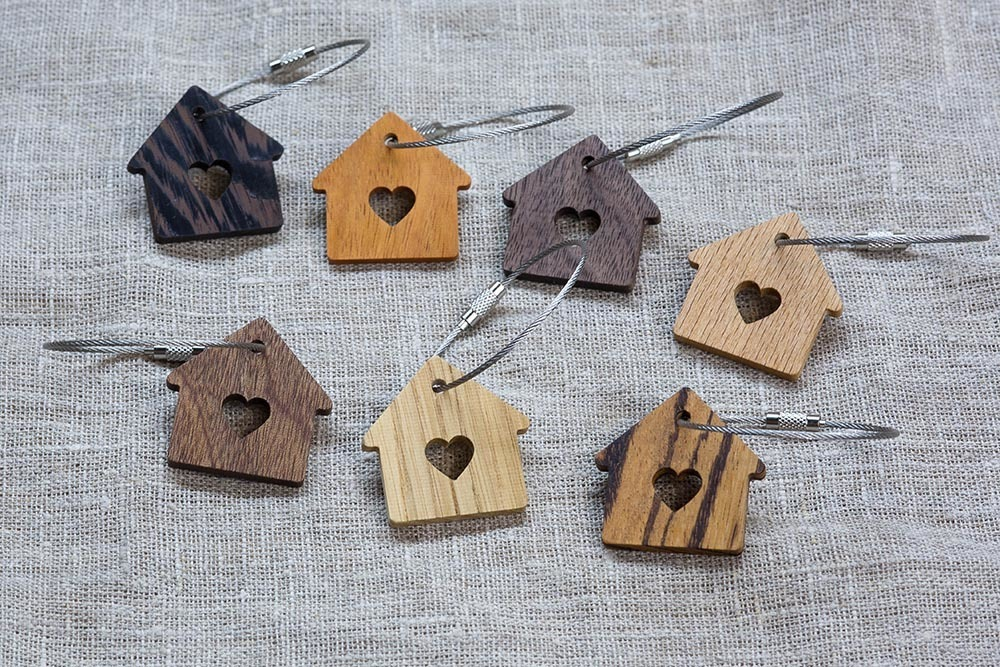 Брелок «Милый дом» из настоящей древесины. Массив сапеле. Стальной тросик. Гравировка инициалов или имени.
