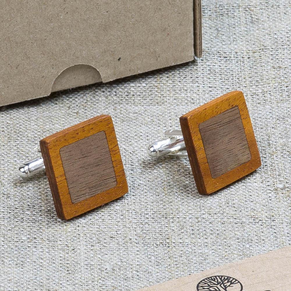 Квадратные  запонки из двух сортов настоящего дерева Кусия + Орех. Лазерная гравировка инициалов или логотипа DWC-KusiaWalnutSqr