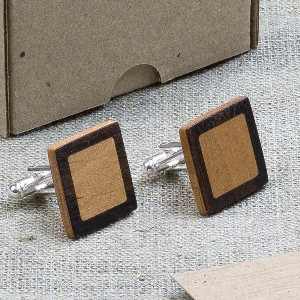 Квадратные запонки из двух сортов настоящего дерева Зирикот + Ольха. Лазерная гравировка инициалов или логотипа DWC-ZirAlder1