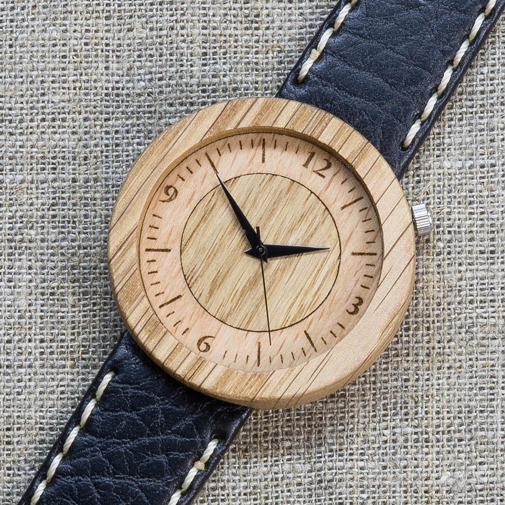 Часы из дуба Сибирь 5. Циферблат - бук и дуб. Черный премиум ремешок с белой строчкой ручной работы из кожи теленка. Персональная гравировка TW-NewSiberia5