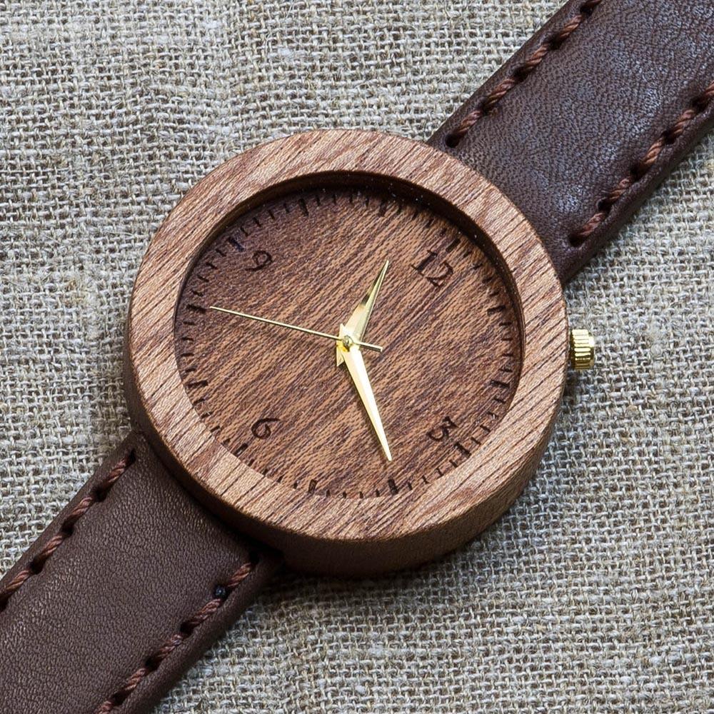 Часы из дерева Мумбаи 5. Корпус - сапеле. Циферблат - сапеле.  Коричневый матовый премиум ремешок ручной работы из настоящей кожи. Персональная гравировка TW-Mumbai5