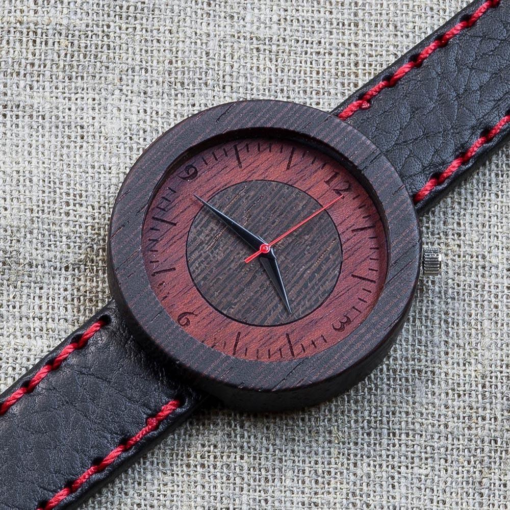 Деревянные часы из венге Кейптаун 8. Циферблат - венге и падук. Черный с красной строчкой премиум ремешок ручной работы из кожи теленка. Персональная гравировка TW-Capetown8
