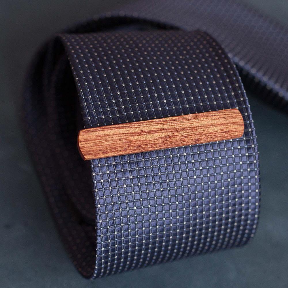 Зажим для галстука из натурального дерева сапеле. Высота 10 мм. Гравировка имени или инициалов. Планка для галстука. Подарок для друзей жениха. Подарок на деревянную свадьбу TW-SapeleTieClip10