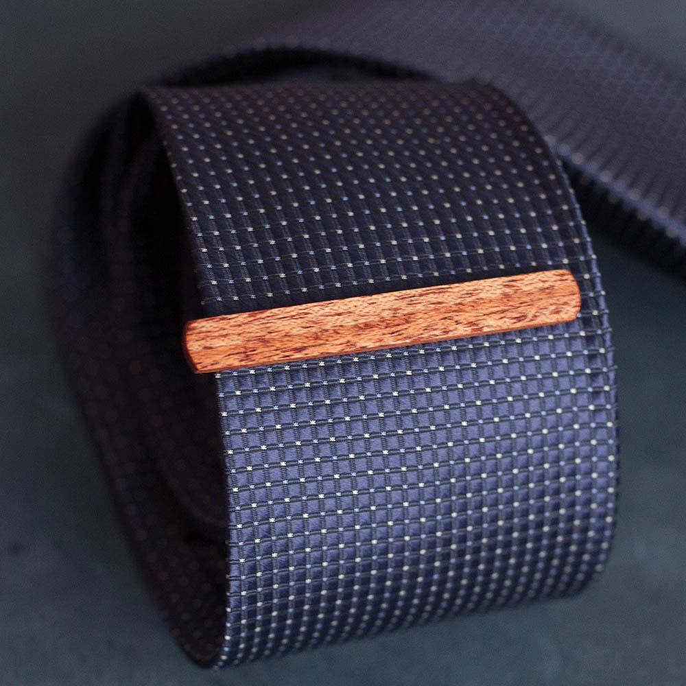 Зажим для галстука из натурального дерева тиама. Высота 7,5 мм. Гравировка имени или инициалов. Планка для галстука. Подарок для друзей жениха. Подарок на деревянную свадьбу TW-TiamaTieClip7