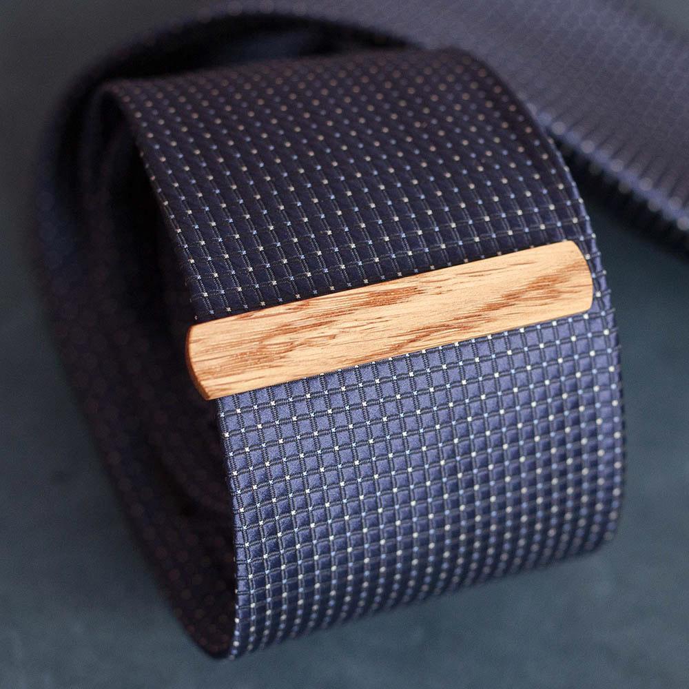 Деревянный зажим для галстука из натурального дуба. Высота 10 мм. Гравировка имени или инициалов. Планка для галстука. Подарок для друзей жениха. Подарок на деревянную свадьбу TW-OakTieClip10