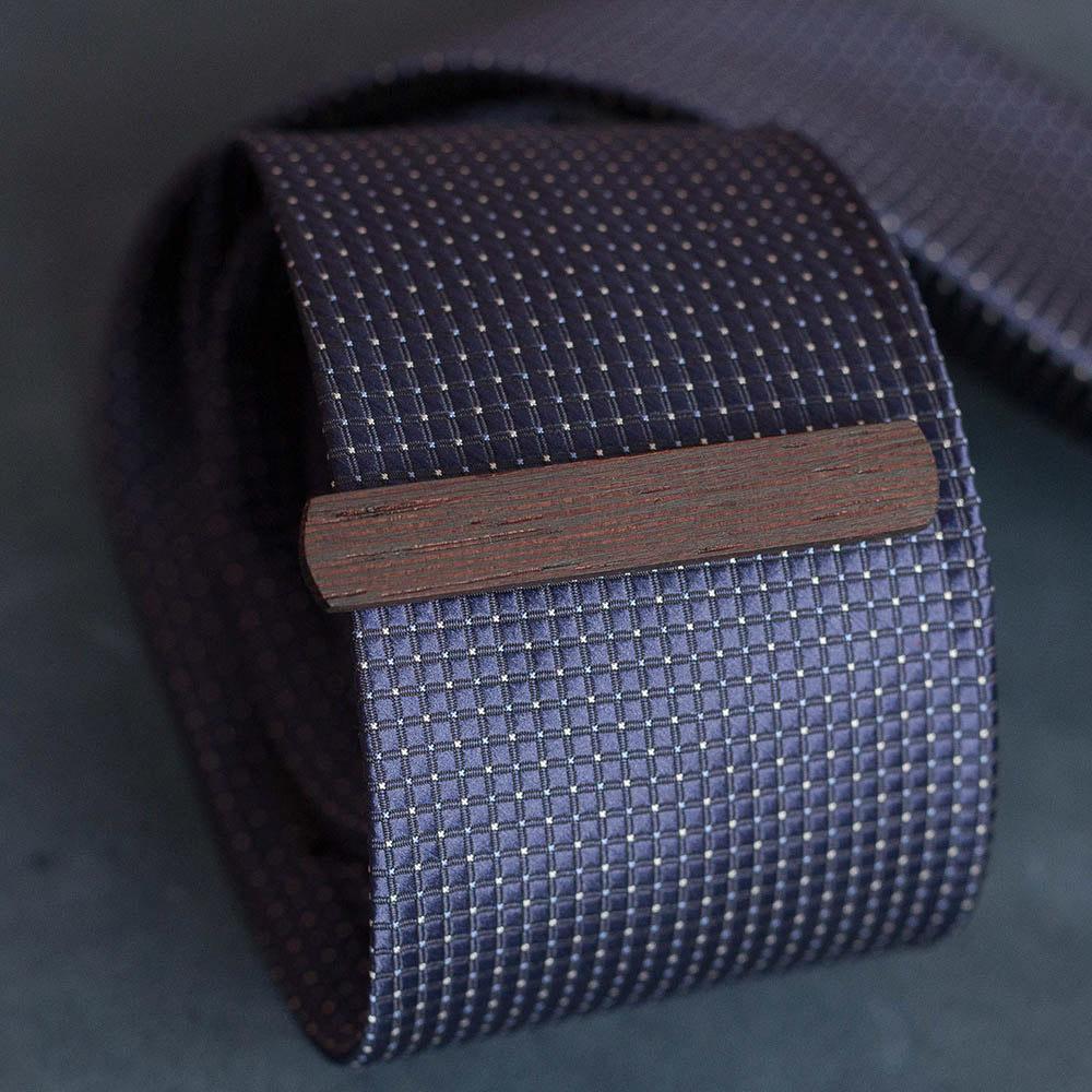 Деревянный зажим для галстука из массива венге. Высота 10 мм. Гравировка имени или инициалов. Планка для галстука. Подарок для друзей жениха. Подарок на деревянную свадьбу TW-WengeTieClip10