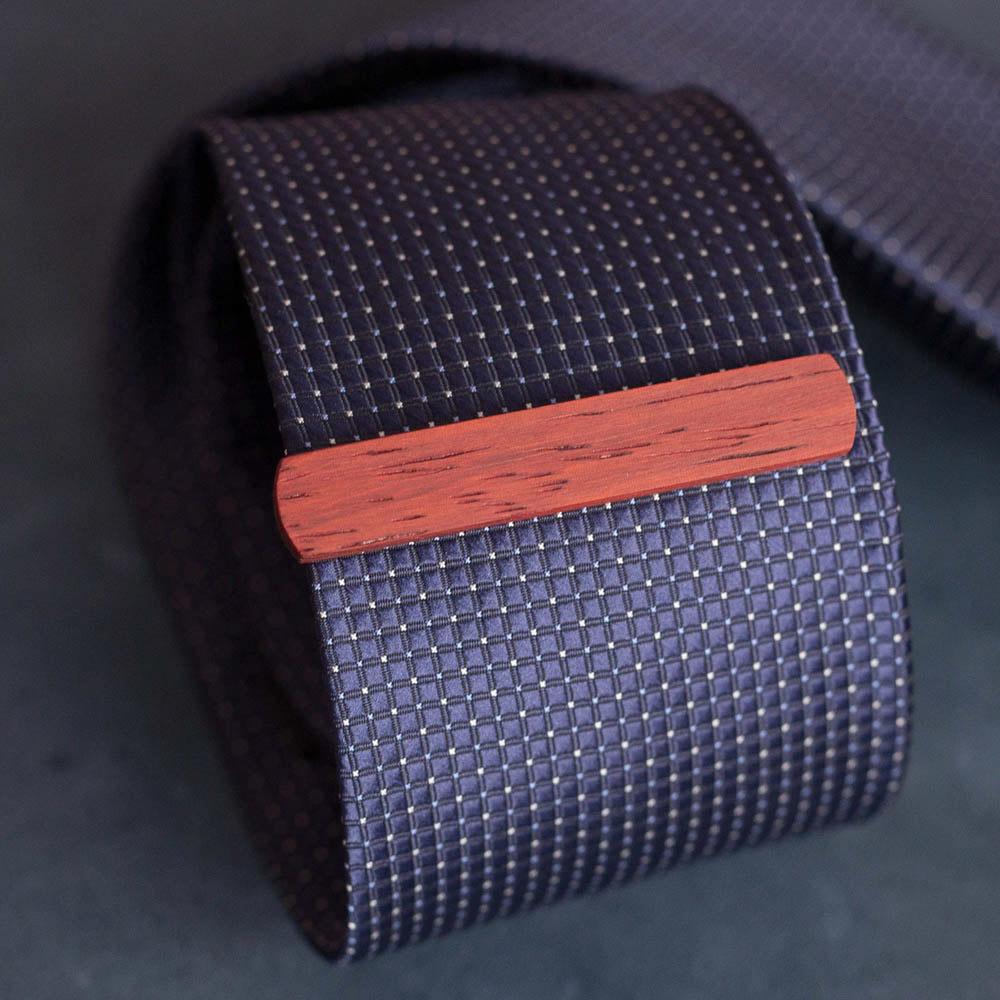 Деревянный зажим для галстука из настоящего падука. Высота 10 мм. Гравировка имени или инициалов. Планка для галстука. Подарок для друзей жениха. Подарок на деревянную свадьбу TW-PadaukTieClip10