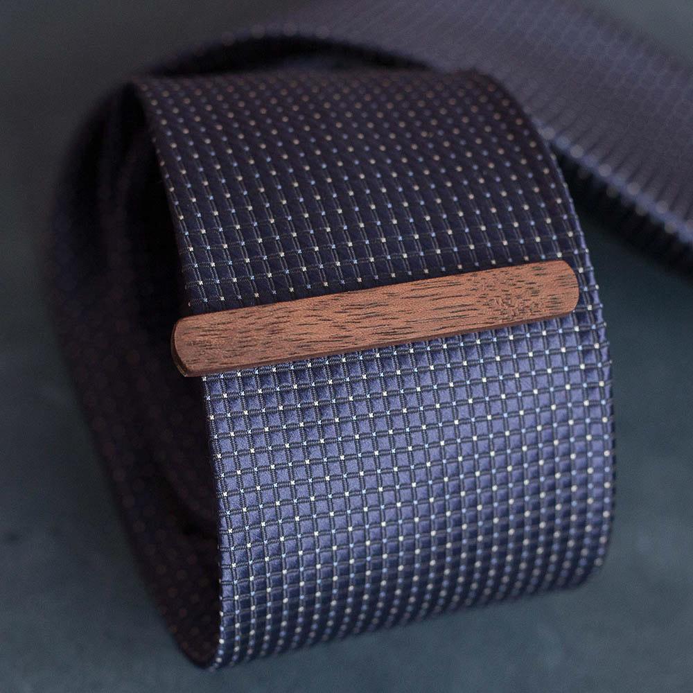 Деревянный зажим для галстука из массива ореха. Высота 7,5 мм. Гравировка имени или инициалов. Планка для галстука. Подарок для друзей жениха. Подарок на деревянную свадьбу TW-WalnutTieClip7