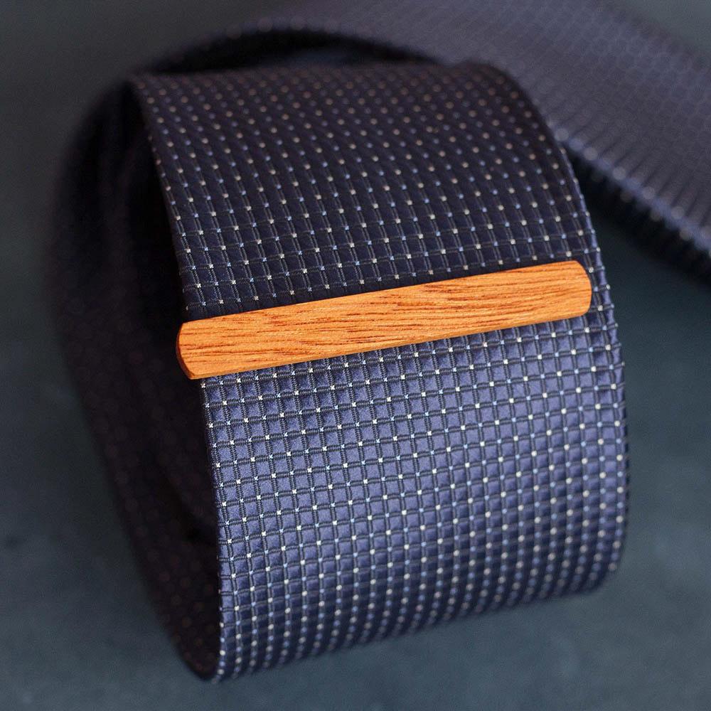Деревянный зажим для галстука из массива кусии. Высота 7,5 мм. Гравировка имени или инициалов. Планка для галстука. Подарок для друзей жениха. Подарок на деревянную свадьбу TW-KusiaTieClip7
