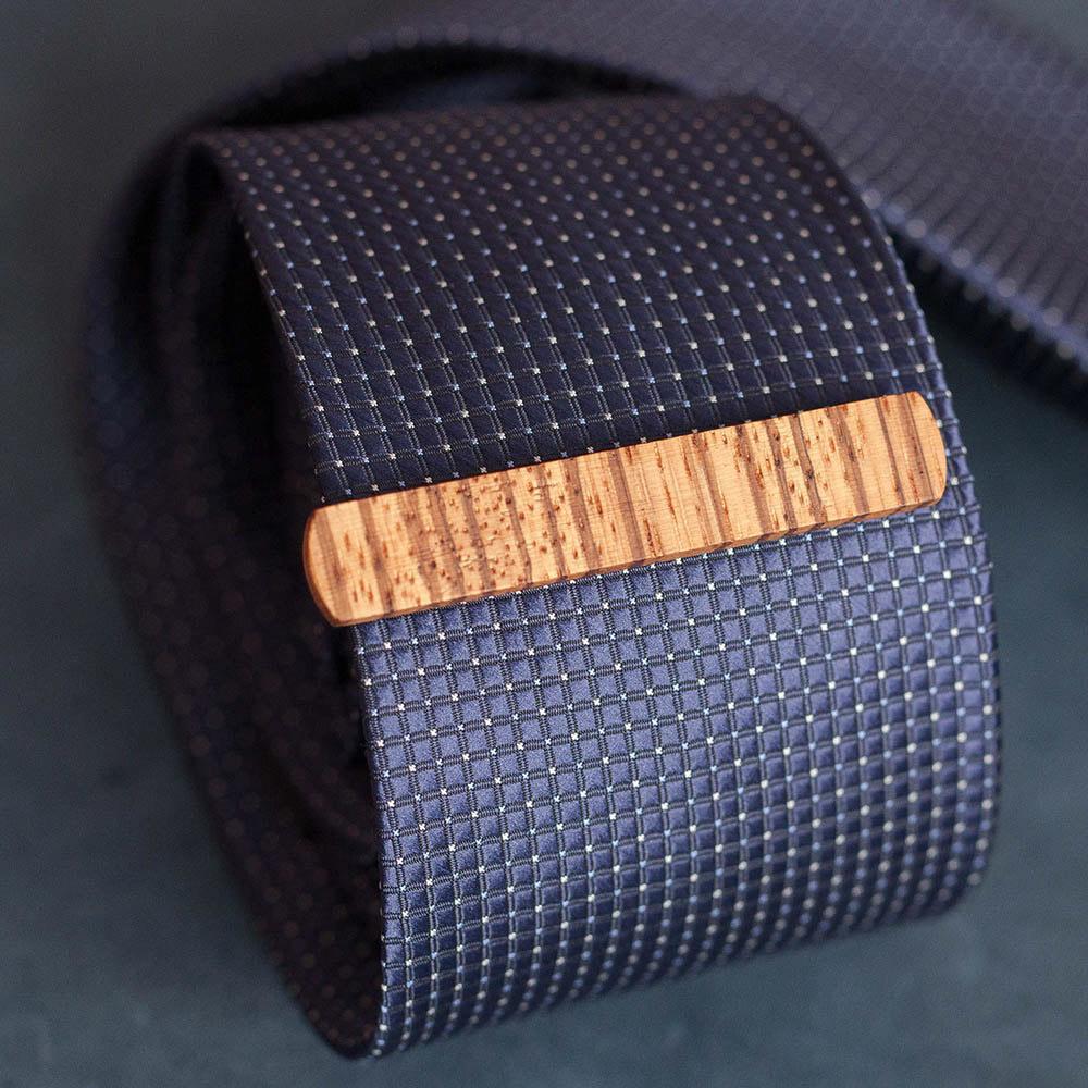 Деревянный зажим для галстука из массива зебрано. Высота 10 мм. Гравировка имени или инициалов. Планка для галстука. Подарок для друзей жениха. Подарок на деревянную свадьбу TW-ZebraTieClipV10