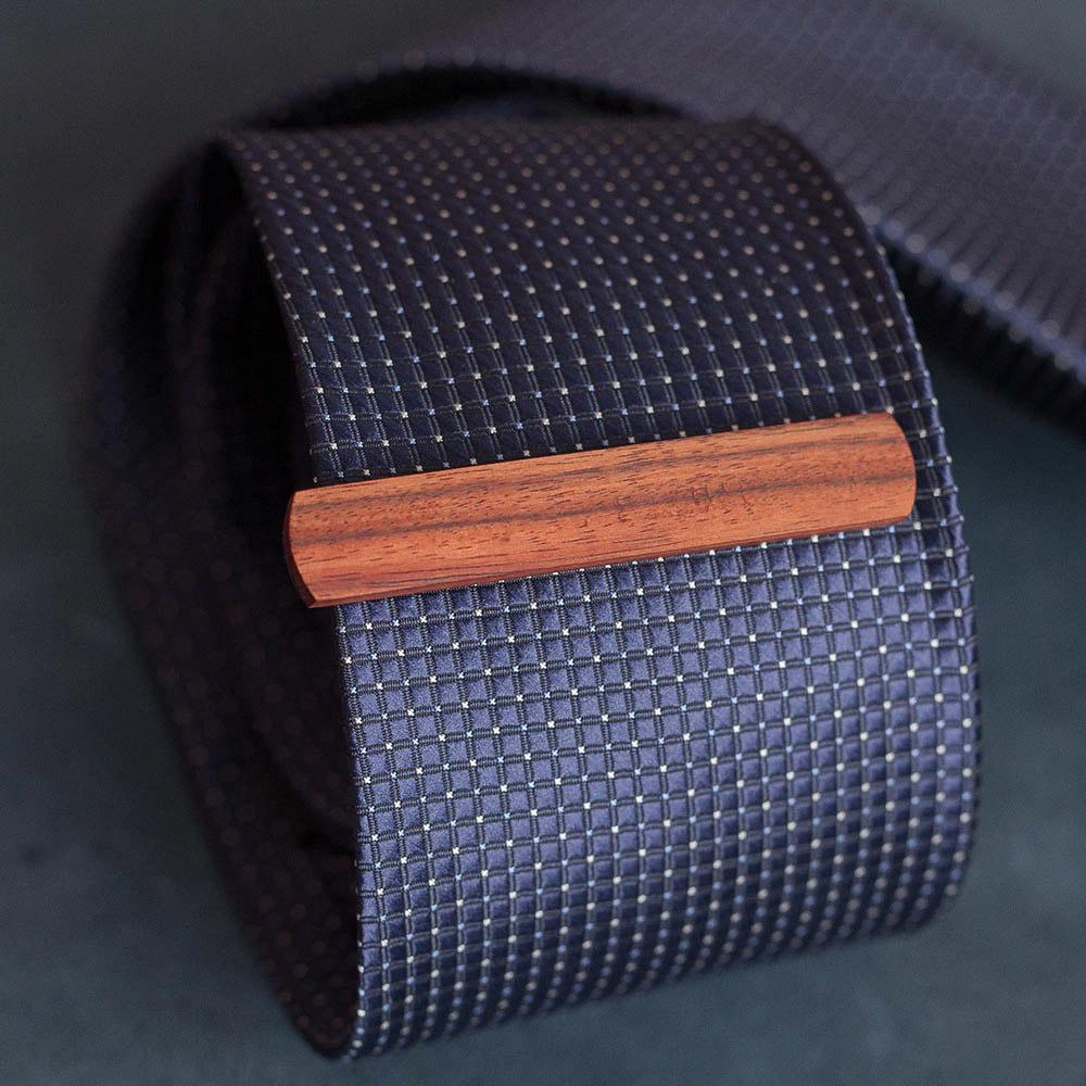Зажим для галстука из натурального дерева - палисандр. Высота 10 мм. Гравировка имени или инициалов. Планка для галстука. Подарок для друзей жениха. Подарок на деревянную свадьбу TW-RosewoodTieClip10
