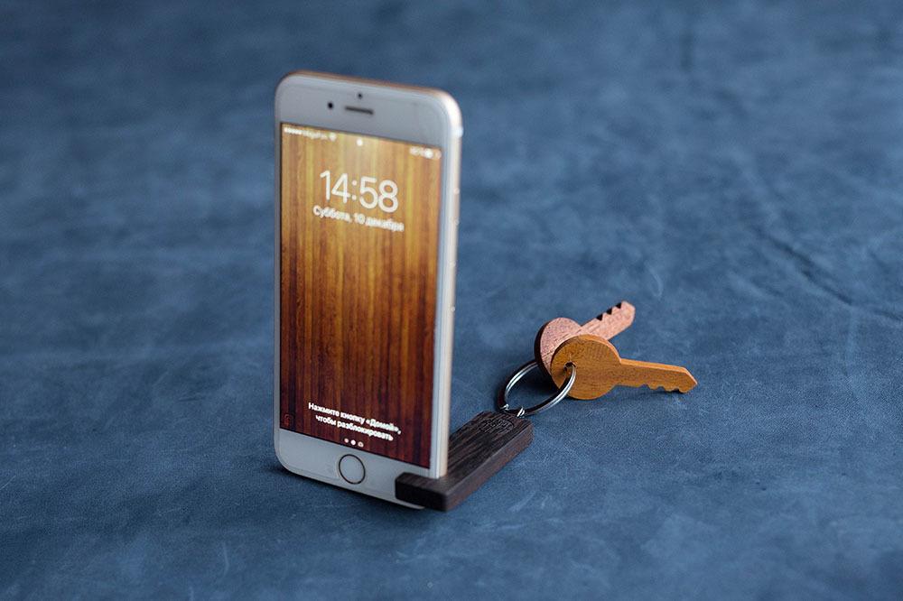 Деревянная подставка-брелок для смартфона. Натуральная ценная африканская древесина венге. Выбор размера для любого телефона. Гравировка имени или логотипа