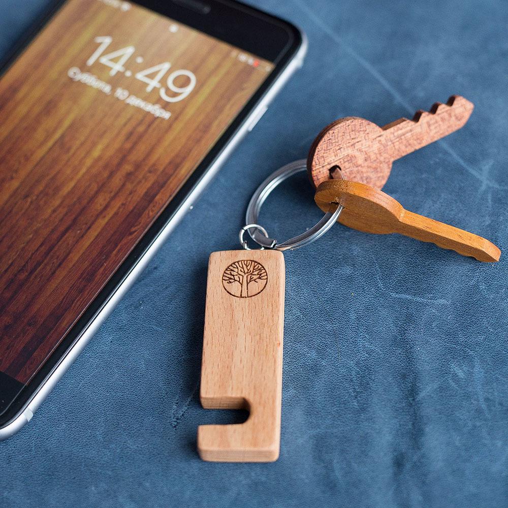 Компактная подставка брелок для смартфона из древесины бука. Подходит для любого телефона. Отличный подарок. Гравировка имени или логотипа. TW-HolderBeech
